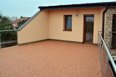 Kamenný živicový koberec