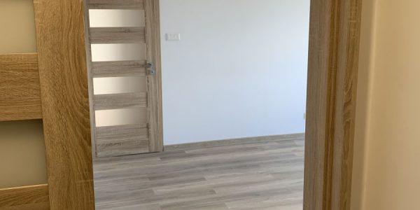 Kompletná rekonštrukcia bytu, dodávka a montáž novej podlahy, interiérových dverí, kúpelne, wc, kuchynskej linky, nových rozvodov, na poslednej foto nová rozvadzacia skrinka, nové rozvody kúrenia s raditormi, nová maľovka